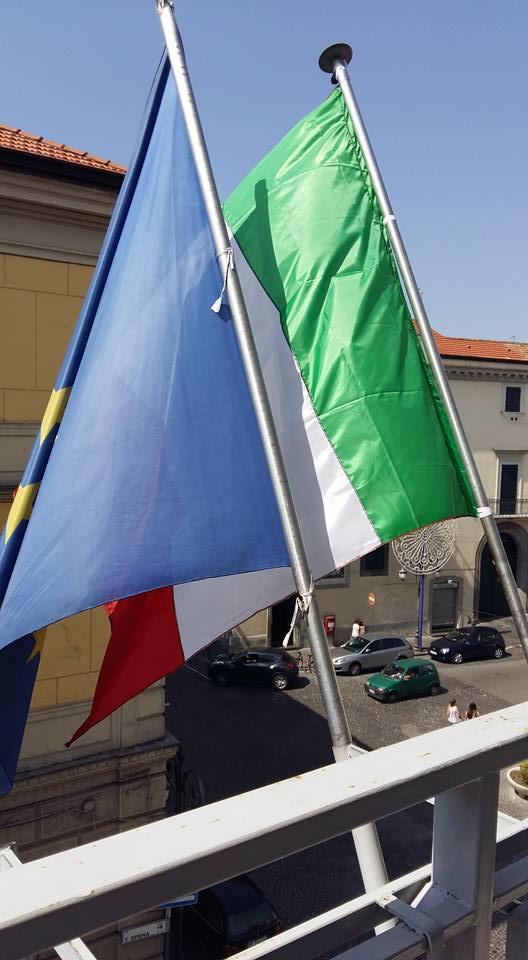 NUOVE BANDIERE SUL BALCONE DELLA SEDE COMUNALE