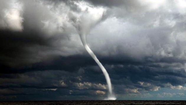 Tromba d'aria sfiora le coste della REGIONE Campania: la furia del maltempo