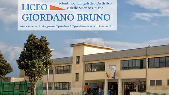 """LICEO """"G. BRUNO"""", LA DIRIGENTE E IL PERSONALE DIFENDONO L'ISTITUTO"""