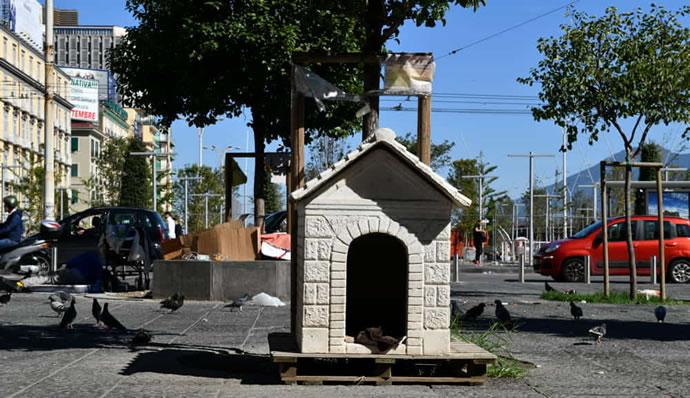 Cosa ci fa una cuccia al centro di Piazza Garibaldi?