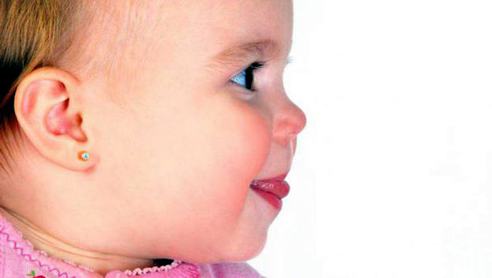 Buchi alle orecchie alle neonate fanno male: 9 pericoli da conoscere